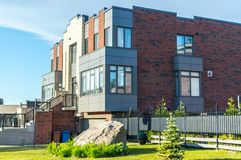 Dyrt modernt hus med enorma fönster royaltyfri foto