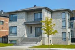 Dyrt modernt hus med enorma fönster royaltyfri bild