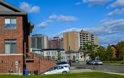 Dyrt modernt hus med enorma fönster i Montreal Arkivbild