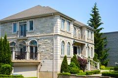 Dyrt modernt stort vitt hus royaltyfri fotografi