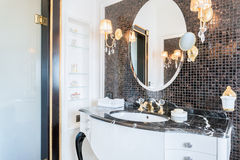 Dyrt svartvitt badrum Royaltyfri Fotografi