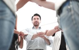 Dyryguje i biznesowa drużyny forma okrąg ręki zdjęcia stock