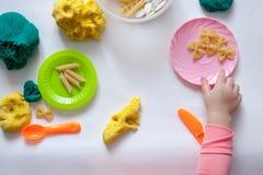 1,8 dysk twardy przejażdżka 5 roczniaka dziewczyna siedzi przy stołem i sztuki z koloru testem na stole, są narzędziami i wystroj zdjęcie royalty free