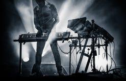 dyska jokey miesza na scenie nad iluminującym dymnym tłem - s Zdjęcie Stock