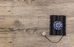 Dyska twardego cooler z błękitnym fan na drewnianym tle Zdjęcia Royalty Free
