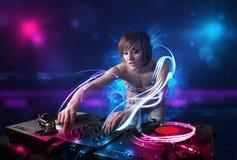 Dyskdżokej bawić się muzykę z electro lekkimi skutkami światłami i Fotografia Royalty Free