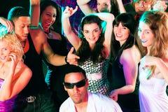 dyskoteka świetlicowi dancingowi przyjaciele obrazy stock