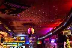 Dyskoteki piłka, barwiący tło w barze fotografia stock