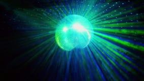 Dyskoteki piłka z jaskrawymi promieniami od sufitu błyszczy przy przyjęciem swobodny ruch 1920x1080 zbiory wideo