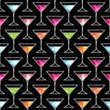Dyskoteki przyjęcia koktajlowe bezszwowy wzór z modnym Martini szkłem na czarnym tle z akwarela elementami Ulotka lub invitatio Obrazy Stock