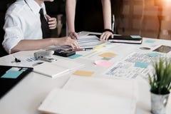 Dyskusja biznes drużyna biznes konsultuje spotkania w biurze Zdjęcia Royalty Free