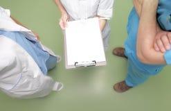 Dyskusja między lekarką i podwładnymi. Planistyczna sesja przy Zdjęcia Royalty Free