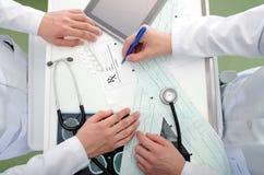 Dyskusja między lekarkami fotografia royalty free