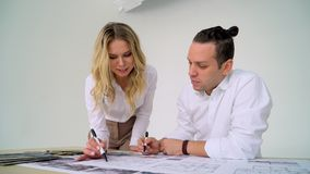 Dyskusja projektantami mężczyzna i kobietą architektoniczny wnętrze i projekt zbiory wideo