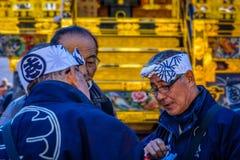 Dyskusja wśród starszych osob przed Japońskim festiwalem (matsuri) Obraz Royalty Free