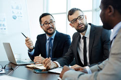 Dyskutować kontraktów szczegóły z partnerami biznesowymi obraz royalty free