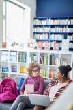 Dyskutować plan projekt w bibliotece zdjęcie royalty free