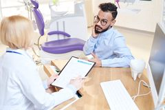 Dyskutować traktowanie z pacjentem zdjęcia royalty free
