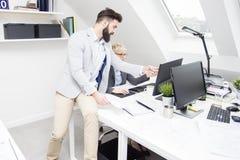 Dyskutować o pracie w biro zdjęcia stock