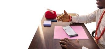 Dyskutuje biznes w Afryka Nad czekiem zdjęcia royalty free