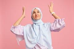 Dyskutuje, dyskutujący pojęcie arabska kobieta w hijab Portret dziewczyna, pozuje przy pracownianym tłem obraz royalty free