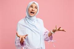 Dyskutuje, dyskutujący pojęcie arabska kobieta w hijab Portret dziewczyna, pozuje przy pracownianym tłem fotografia royalty free