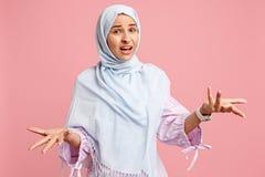 Dyskutuje, dyskutujący pojęcie arabska kobieta w hijab Portret dziewczyna, pozuje przy pracownianym tłem zdjęcia stock