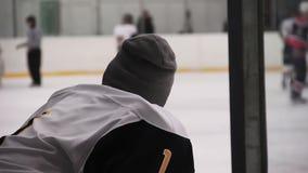 Dyskwalifikujący lub raniący drużyna hokejowa gracza dopatrywania dopasowanie na lodowym lodowisku od ławki zbiory