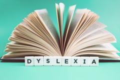 Dyslexie en gelezen woorden met een open boek stock fotografie