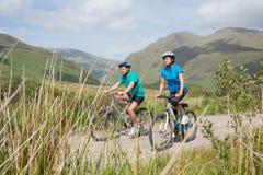 Dysponowana atrakcyjna para jeździć na rowerze wpólnie Zdjęcie Royalty Free