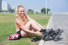 Dysponowana blondynka dostaje przygotowywający rolkowy ostrze Zdjęcia Stock