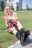 Dysponowana blondynka dostaje przygotowywający rolkowy ostrze Fotografia Stock
