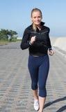 Dysponowana blondynka jogging na molu Zdjęcia Royalty Free