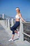 Dysponowana blondynki pozycja na molu Zdjęcia Royalty Free