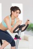 Dysponowana brunetka pracująca na ćwiczenie rowerze out Zdjęcia Royalty Free