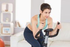 Dysponowana brunetka pracująca na ćwiczenie rowerze out Obraz Stock