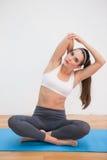 Dysponowana brunetka robi joga w domu zdjęcia royalty free