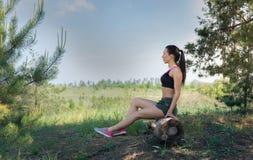 Dysponowana dziewczyna odpoczywa w naturze Fotografia Royalty Free