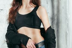 Dysponowana dziewczyna w kurtce czarnym staniku i, moda obrazy royalty free