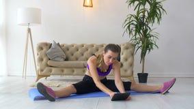 Dysponowana kobieta ćwiczy, oglądający tutorial na pastylce zbiory wideo