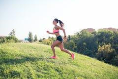 Dysponowana kobieta biega outdoors Obrazy Royalty Free