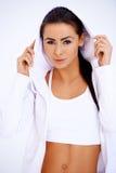Dysponowana kobieta jest ubranym kapturzastą bluzę sportowa Obrazy Royalty Free