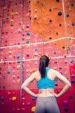 Dysponowana kobieta przyglądająca przy rockowego pięcia ścianą up Zdjęcie Royalty Free