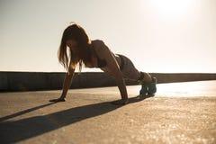 Dysponowana kobieta robi exercices na lato zmierzchu Obraz Royalty Free