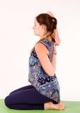 Dysponowana kobieta robi joga lub pilates ćwiczeniu Zdjęcie Stock