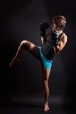 Dysponowana kobieta robi kickbox Zdjęcie Royalty Free