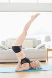 Dysponowana kobieta robi ramię stojaka posturze w sprawności fizycznej studiu Zdjęcia Royalty Free