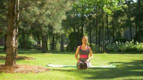 Dysponowana kobieta robi rozciągań pilates ćwiczy outdoors zdjęcie wideo