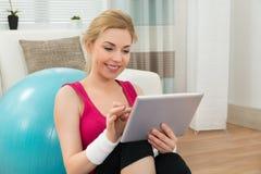 Dysponowana kobieta Używa Cyfrowej pastylkę obraz stock
