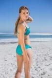 Dysponowana kobieta w bikini na plażowej patrzeje kamerze Zdjęcie Stock